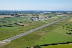 AT-Luftfoto-Esbjerg-Luthavn.-AT-Luftfoto-har-base-på-Esbjerg-Lufthavn-som-her-er-fotograferet-med-bane-26-i-forgrunden
